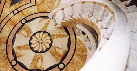Лестница мраморная Giallo Sien Staurio Nero Marquina